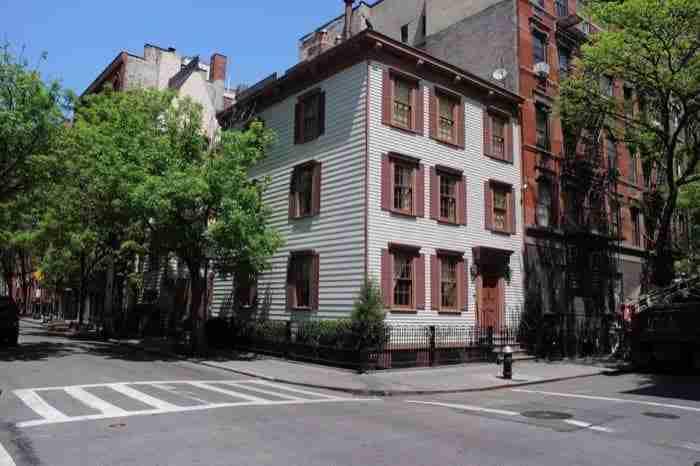 La casa in legno si trova in Bedford Street, nel West Village