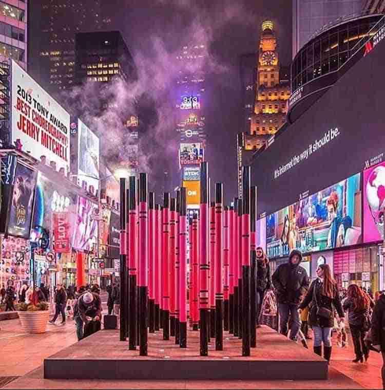 L'installazione We were strangers once too a Times Square per San Valentino