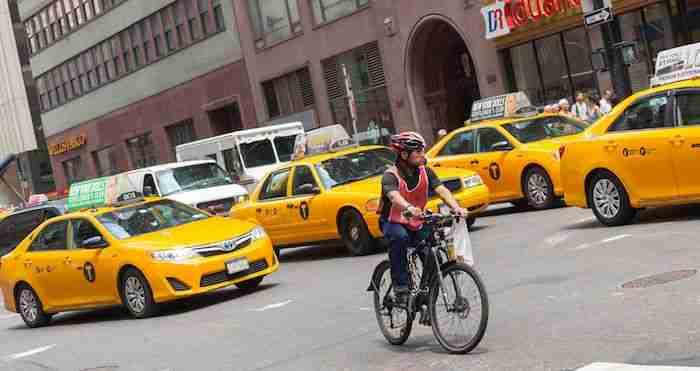 Ciclista nel traffico: meglio evitare con i bambini