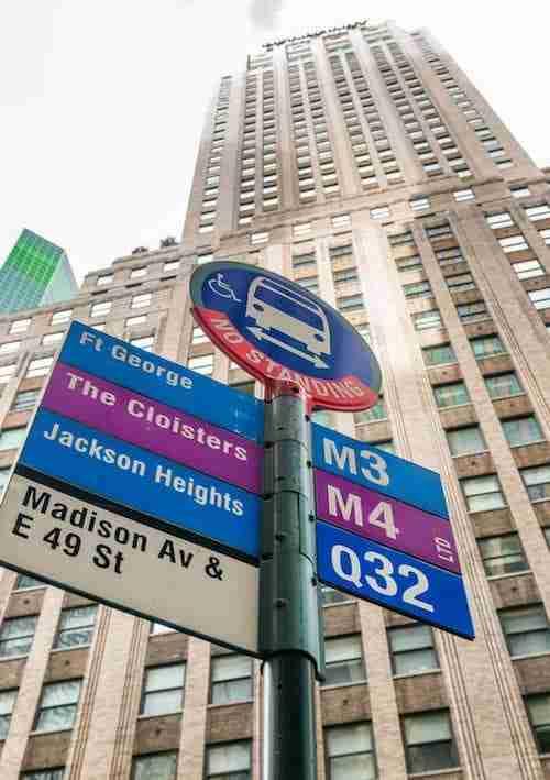 Una fermata del bus a Manhattan