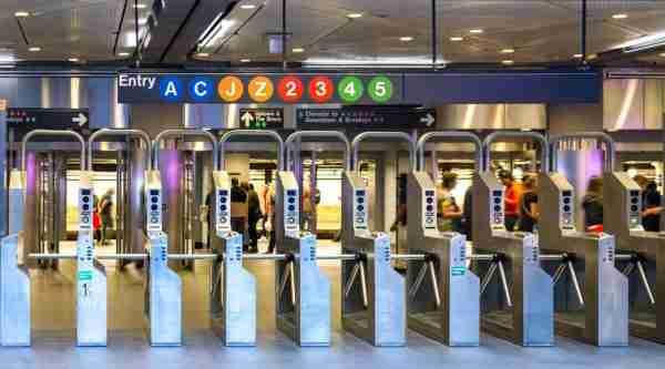 Tornelli all'ingresso della metro